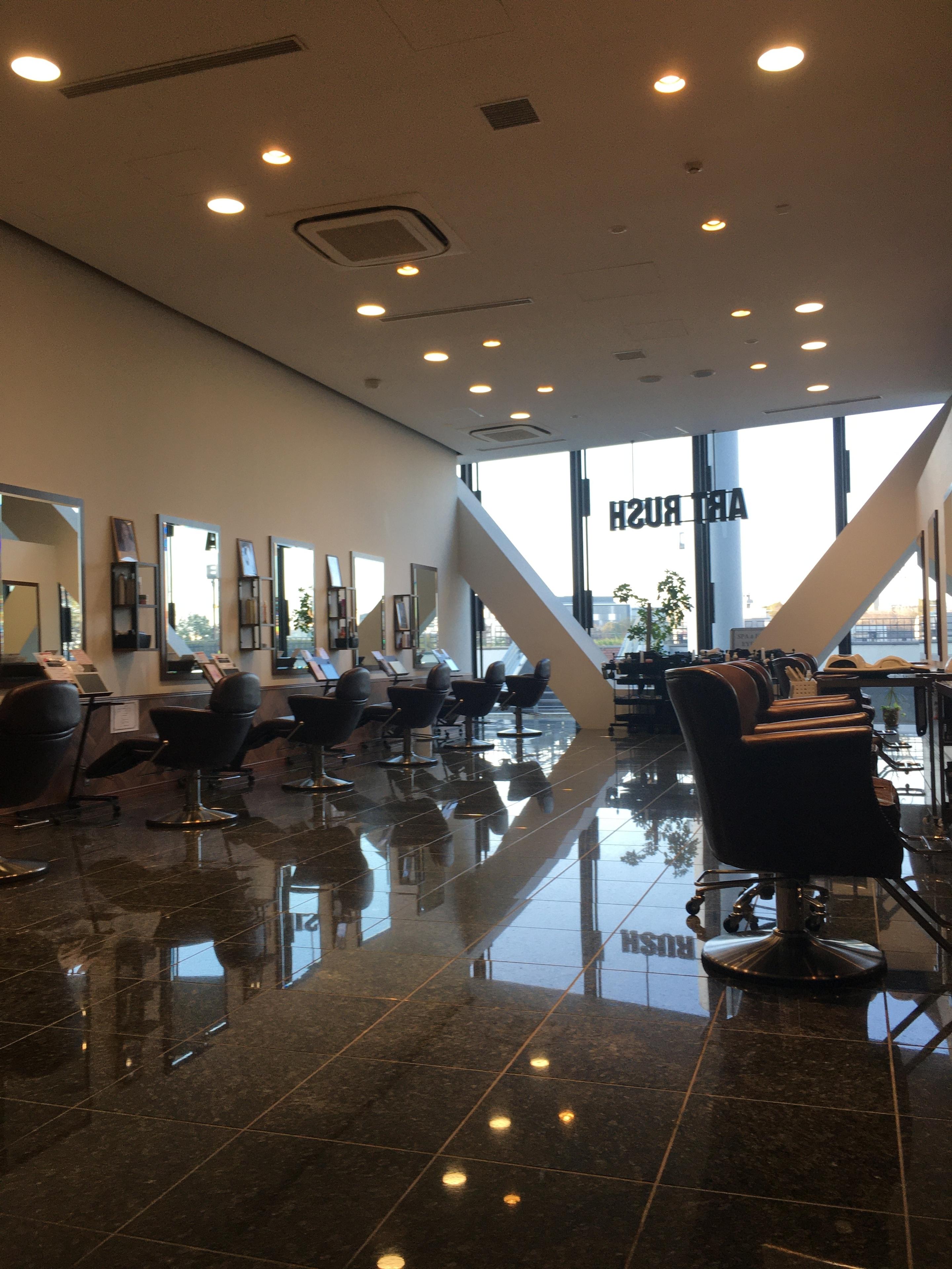 多摩センター美容室、広々空間のヘアサロン